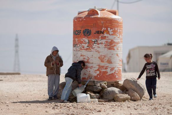 children_filling_water_in_al-zaatari_camp_by-mustafa-bader